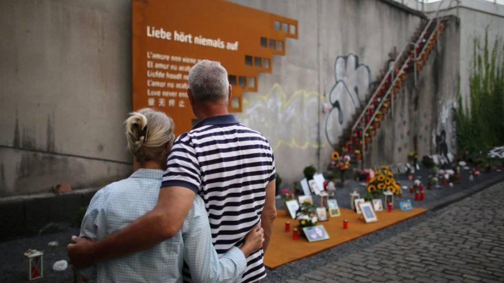 Ein Paar steht in Duisburg bei der Gedenkstätte der Loveparade-Tragödie von 2010.