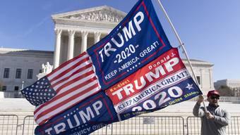 Ein Unterstützer von Donald Trump vor dem Supreme Court in Washington, DC.