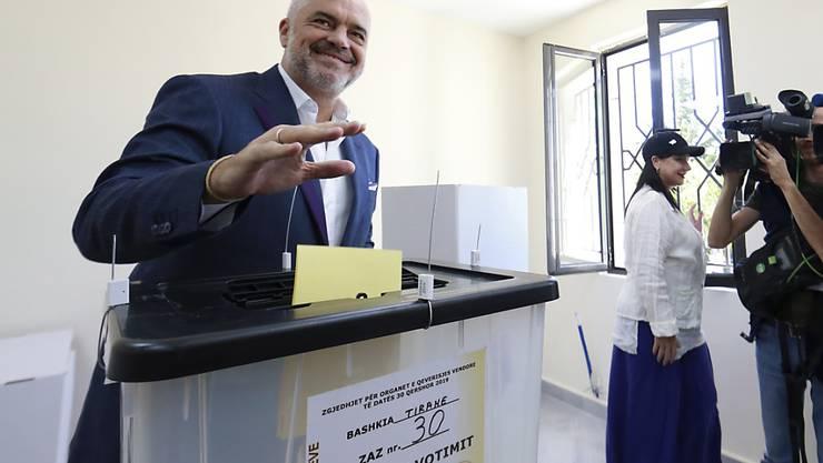 Ministerpräsident Edi Rama am Sonntag bei der Abgabe seiner Stimme.