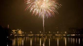 Über dem Rhein knallen auch dieses Jahr wieder die Feuerwerkskörper. Um 0.30 Uhr beginnt das bunte Spektakel am Nachthimmel Basels. (Archivbild)