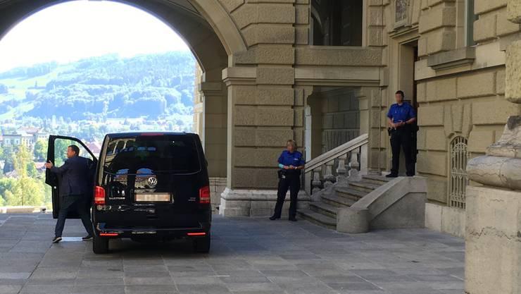 Der Van mit dem Bundesanwalt vor der Hintertür angekommen. Der Fahrer steigt aus, Lauber bleibt sitzen.