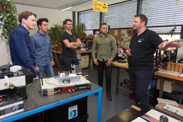 Manuel Studer erklärt den Studenten, wie die Testgeräte funktionieren
