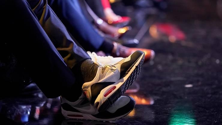 Auffällig: Stucki wählt Fussbedeckung, die ansonsten eher nicht ins Repertoire der elegantesten Schuhe gehören.
