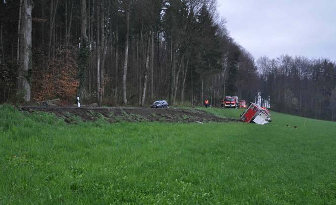 Das umgekippte Feuerwehrfahrzeug blockierte den Verkehr mehrere Stunden lang