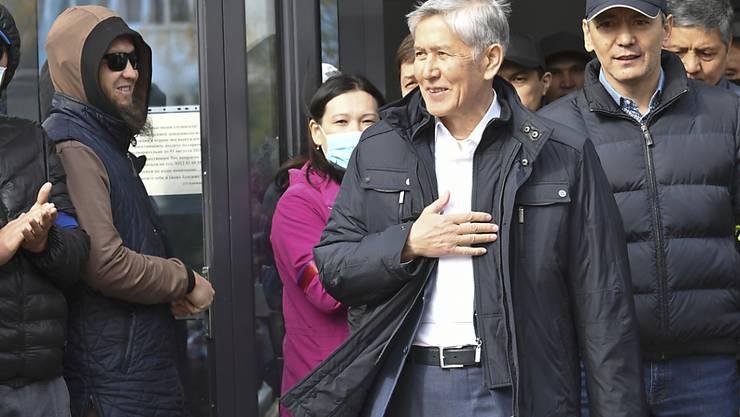 In Kirgistan ist nach massiven Protesten der Oppositionelle Sadyr Schaparow vom Parlament als neuer Regierungschef bestätigt worden. Der zunächst befreite Ex-Präsident Almasbek Atambajew ist erneut festgenommen worden. Foto: Vladimir Voronin/AP/dpa
