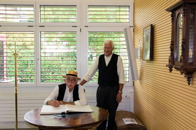 100 Jahre ist ein stolzes Alter. Das dachte sich auch die Belegschaft der Raiffeisenbank Kelleramt-Albis und feierte gleich von Freitag bis Sonntag den hohen Geburtstag.Fridlin Stutz (links) und Wilfried Rütimann präsentieren eine Stubenbank.
