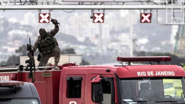 Ein Scharfschütze der Polizei in Rio jubelt nach der Tötung eines Geiselnehmers in einem Bus. (Archivbild)