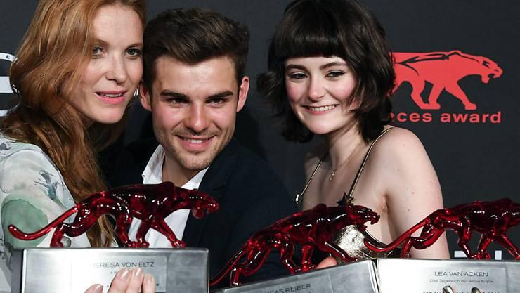 """Das sind die neuen Gesichter des deutschen Films: V.l.n.r. Regisseurin Theresa von Eltz und die Schauspieler Lucas Reiber und Lea van Acken mit ihren """"New Faces""""-Trophäen."""