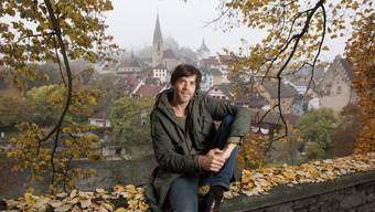 Der Sänger Adrian Stern (41) vor der Limmat und der Altstadt von Baden: Hier fühlt er sich wohl. Alex Spichale