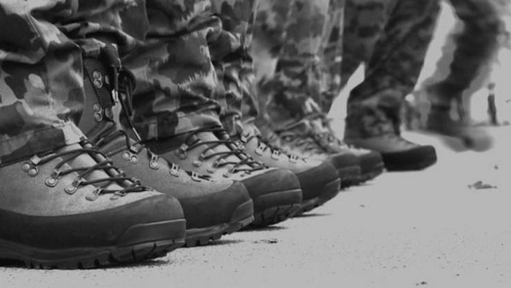 Die Schweizer Armee lässt in Rumänien zehntausende Militärstiefel herstellen