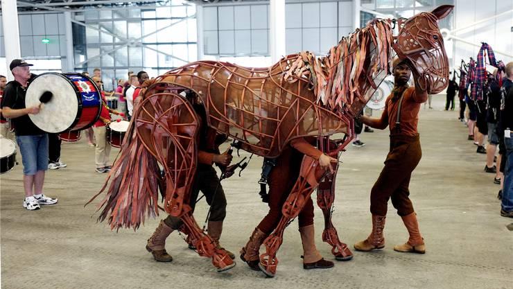 Die Puppenspieler der Handspring Puppet Company fühlen sich in die Pferde ein, die sie spielen. Sie hauchen ihnen nicht nur Leben ein, sondern geben ihnen auch einen Charakter.