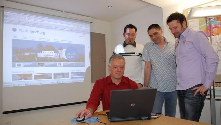 Thomas Hofstetter vom Stadtbauamt, Mark Lindenmann von der Finanzverwaltung und EDV-Chef Mario Böhler betreuen den neuen Internetauftritt. Reto Baumgartner (r.) ist Geschäftsführer von MySign. Foto: Ju