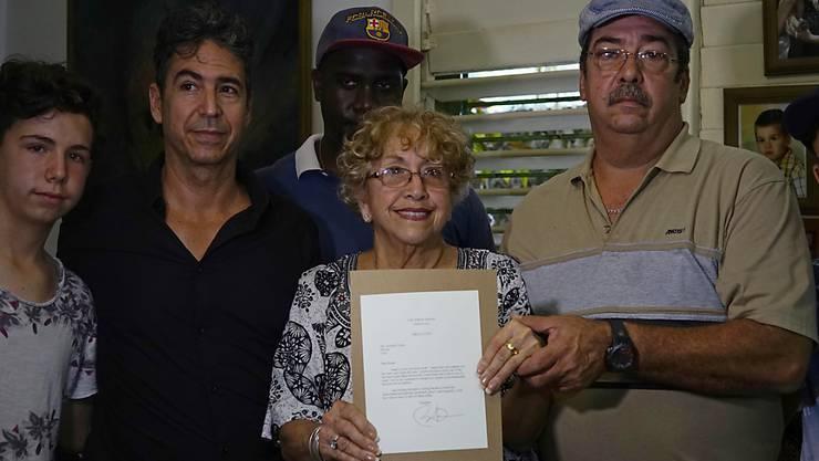 Die Kubanerin Ileana Yarza zeigt stolz den Brief, den sie von US-Präsident Barack Obama als Antwort auf ihre Briefe erhalten hat. Das Schreiben kam mit dem ersten US-Postflug seit fünfzig Jahren.