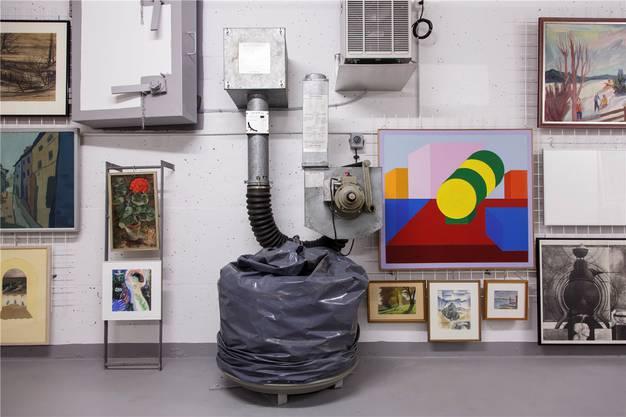 Ein kunterbuntes Nebeneinander von Werken Solothurner Kunstschaffender aus mehreren Jahrzehnten. Entfeuchter und Belüftungsanlagen sorgen für passendes Klima.