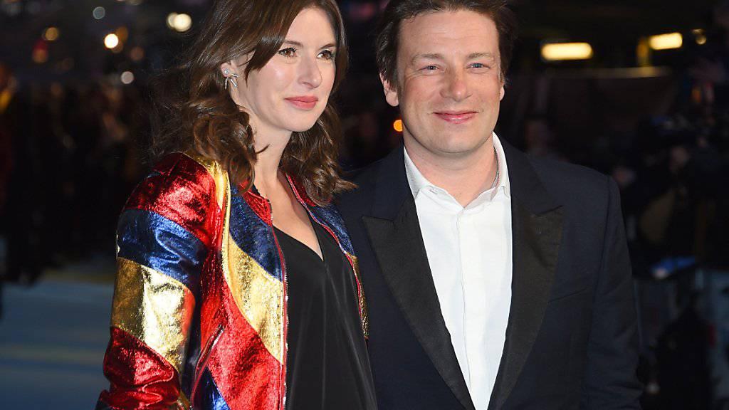 Das schwache Pfund setzt Jamie Oliver zu. Er muss darum einige der italienischen Restaurants schliessen. Im Bild ist er zu sehen mit Ehefrau Juliette Norton. (Arhciv)