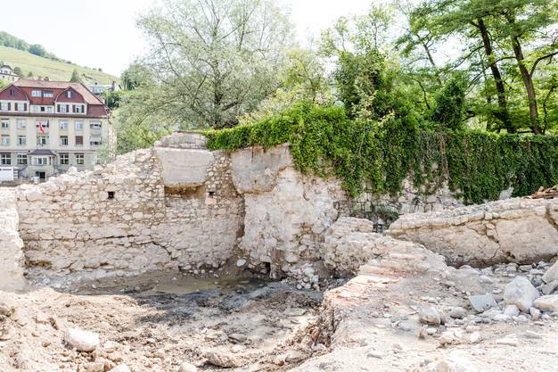 Die Kantonsarchäologie macht bei der Bäder-Baustelle und beim Kurtheater Grabungen. Dabei sind unter anderem über 2000 Jahre alte Holzplanken.