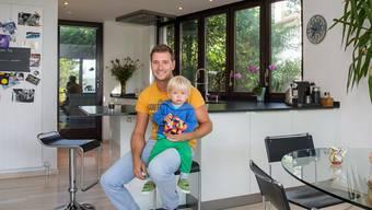 SRF-Meteorologe Jan Eitel posiert mit Söhnchen Luc in der offenen Wohn-Ess-Küche mit Bildern seiner Mutter an den Wänden.MATHIAS MARX