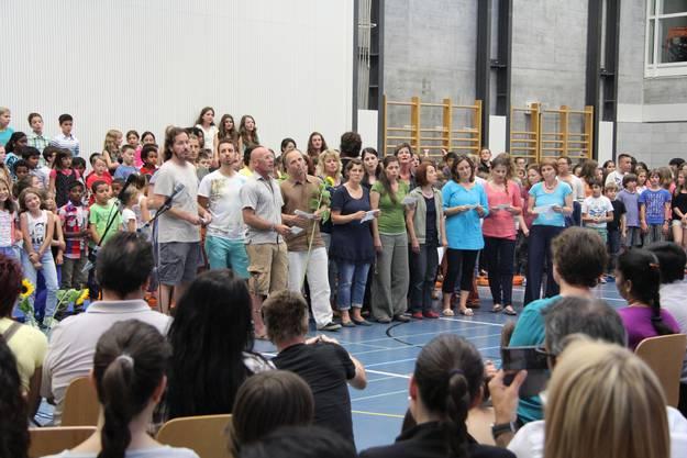 Am Ende verabschiedeten Schüler und Lehrer Katharina Stebler mit einem Lied