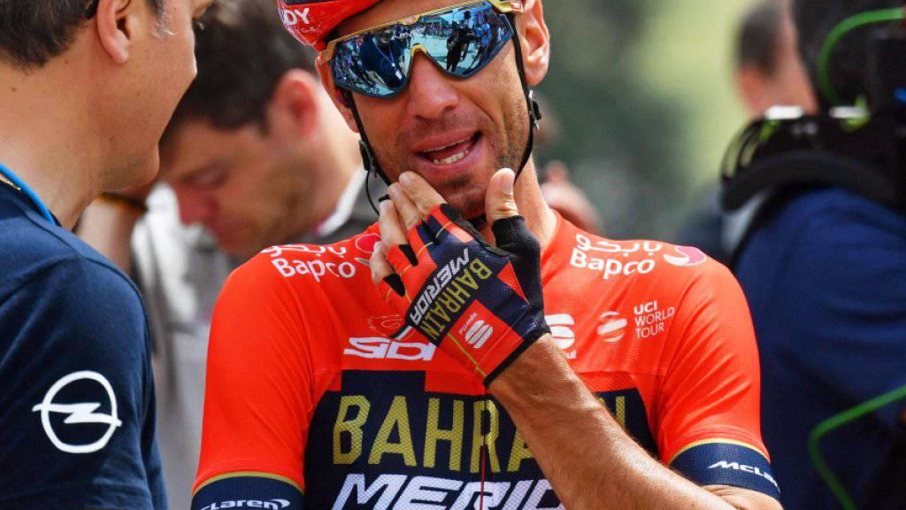 Vincenzo Nibali diskutiert mit einem sportlichen Leiter. Auch der Italiener konnte nicht verhindern, dass Richard Carapaz das Leadertrikot übernahm