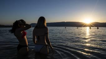 Zwei Jugendliche beim Bad im Neuenburgersee. (Archivbild)