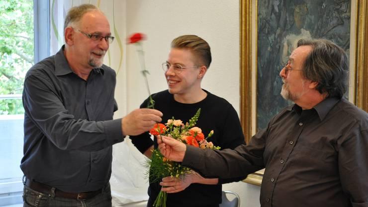 Kurt Emmenegger (links) wird von Sekretär Renato Mazzocco (rechts) verabschiedet. Florian Vock (mitte) ersetzt den SP-Grossrat.