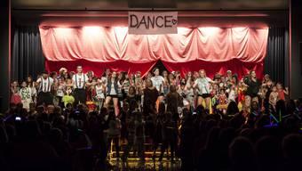 Beim 5. Dance Festival 2015 war die Bühne in der Mehrzweckhalle in Laupersdorf bei der Schlusschoreografie zu klein für alle Tänzerinnen und Tänzer.