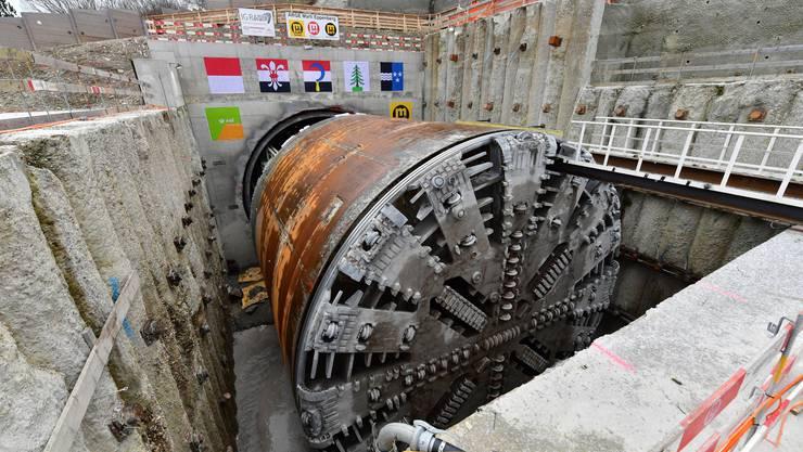 Alleine das Bohrschild der 100 Meter langen Tunnelbohrmaschine wog 200 Tonnen.