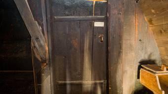 In einer dunklen Ecke im obersten Stock des Strohdachhauses Muhen liegt diese Tür. Der Zutritt ist eigentlich verboten.