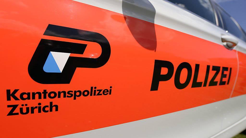 Die Zürcher Kantonspolizei hat einen mutmasslichen Drogendealer verhaftet und dabei über 30 Kilogramm Betäubungsmittel sowie Bargeld sichergestellt.