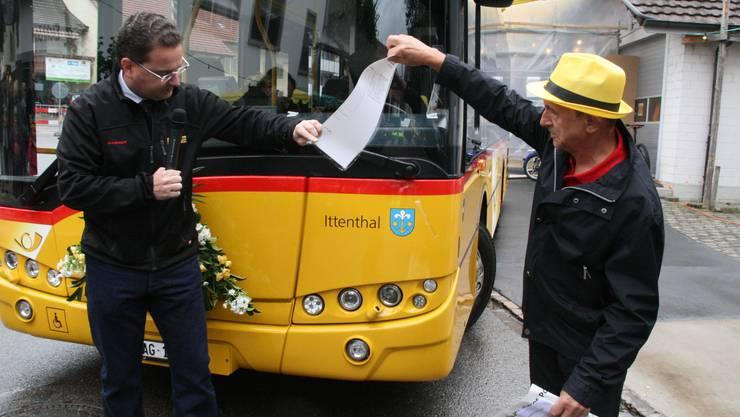 Arpad Major (rechts), der das 14-köpfige OK des Jugend- und Dorffestes 2017 präsidierte, bei der Einweihung des neuen Postautos.