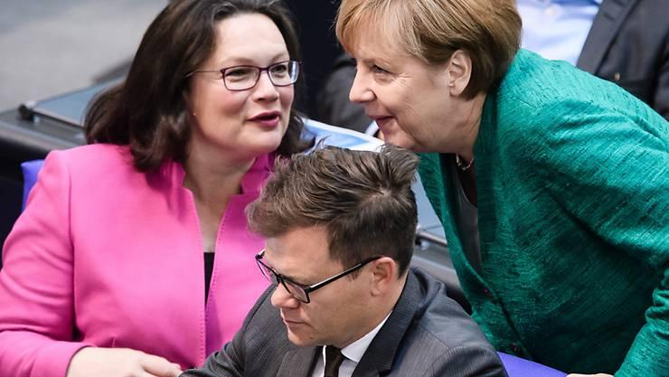 Haben Innenminister Horst Seehofer (CSU-Chef) ausmanövriert mit seinen noch härteren Vorgaben: SPD-Chefin Andrea Nahles (links) im Gespräch mit Bundeskanzlerin Angela Merkel, ihrerseits CDU-Chefin (in einer Aufnahme vom 28. Juni im Bundestag).