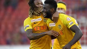 Jean-Pierre Nsamé (rechts) bejubelt seinen ersten Treffer in der Super League mit Kevin Mbabu
