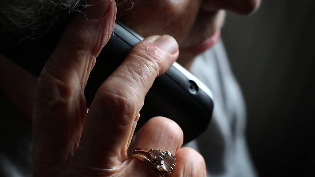 Stehen immer noch in vielen Haushalten: Festnetztelefone. (Symbolbild)