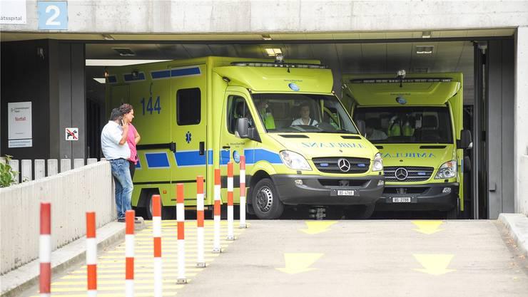 Die Basler Ambulanz, hier bei der Notfallstation des Unispitals, muss bei den seltenen Fahrten ins Elsass mit französischen Polizei-Kontrollen rechnen.