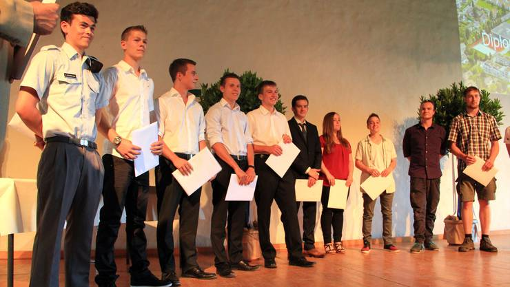 Die Klasse 4aTB4 kann nach einer strengen Ausbildung wohlverdient ihre Diplome in den Händen halten.