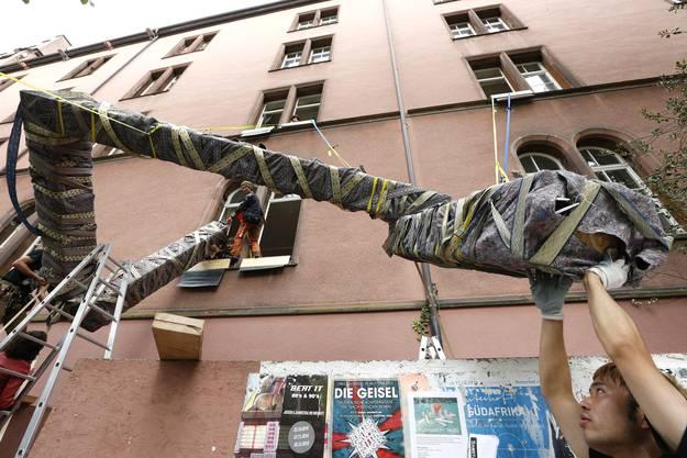 Der japanische Performancekuenstler und Architekt Noriyuki Kiguchi (mit rotem Megaphon) treibt mit seiner Crew und Passanten ein riesiges Schlangengebilde durch den Kopfbau der Kaserne vom Kasernenareal zum Rhein (5)