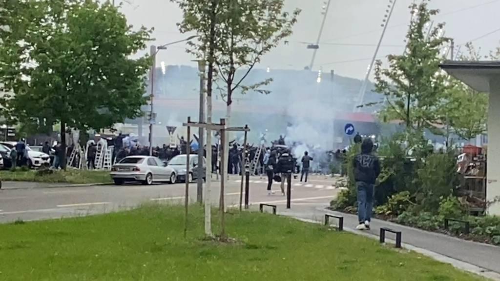 Ausschreitungen vor dem Letzigrund: FCZ-Fans attackieren Polizei