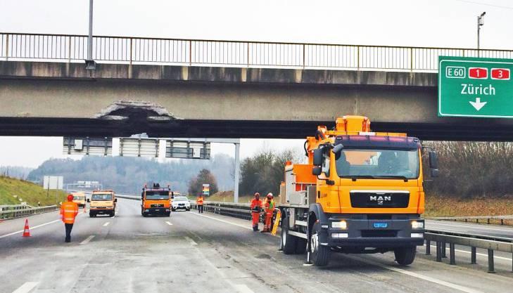 Nach dem Unfall war nicht klar, ob die Brücke stehen bleiben kann.