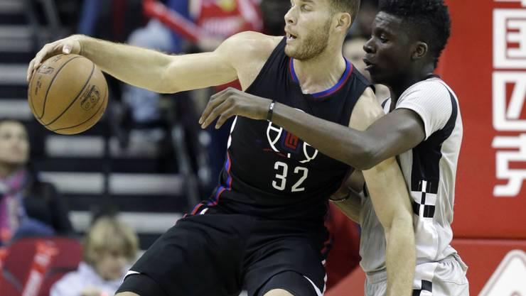 Der Genfer Clint Capela verteidigt gegen Blake Griffin von den Los Angeles Clippers