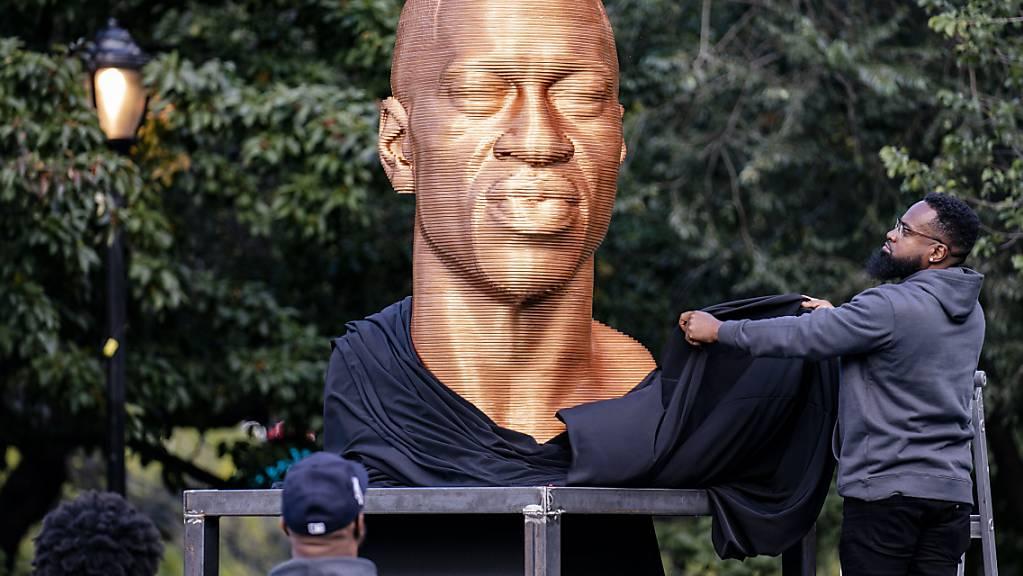 Die Skulptur von George Floyd wird enthüllt. Sie ist in New York verunstaltet worden.
