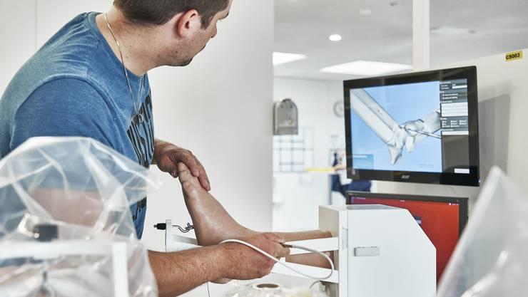 Qualitätskontrolle ist wichtig: Hier kontrolliert ein Mitarbeiter, ob man auf dem Bildschirm auch das sieht, was man beim Plastikfuss spürt.