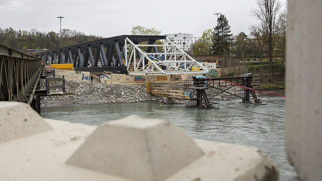Die rund 2500 Tonnen schwere Brücke wird nächste Woche um 80 Meter verschoben.