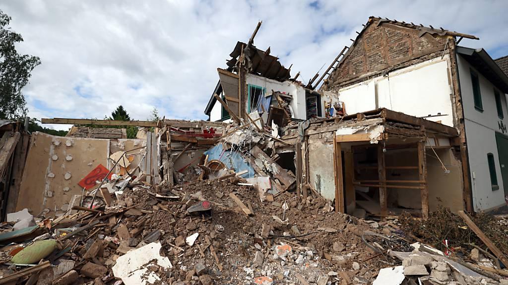 Schutt und Geröll eines nach dem Hochwasser völlig zerstörten Hauses in Gemünd, Nordhrein-Westfalen. Die Region war von der Hochwasserkatastophe stark betroffen. Foto: Oliver Berg/dpa