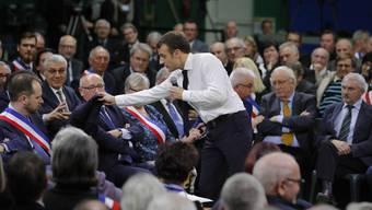 Zunehmend in Form und fast so entspannt wie Barack Obama in einer Arena, entledigte sich der Präsident zuerst seines Kittels, dann krempelte er die Ärmel hoch, ohne seinen Redefluss zu unterbrechen.