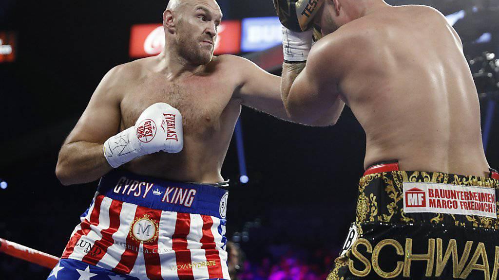 Tyson Fury (links) deckt seinen Konkurrenten mit Schlägen ein: Wenig später ist der Kampf vorbei