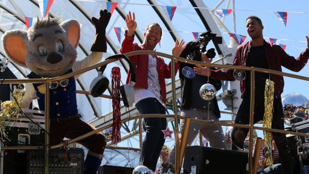 DJ Bobo liebt den Rummel: Diese Woche hat er im Europa-Park in Rust mit Sänger Jesse Ritch (rechts) den Clip zu seiner neuen Single «Get On Up» gedreht. (Pressefoto)