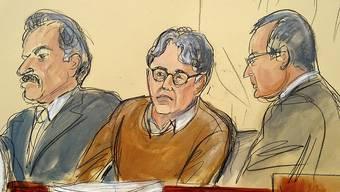 Eine Gerichtszeichnung zeigt den US-Guru Keith Raniere, der die Anhängerinnen seiner Organisation Nxivm sexuell ausgebeutet haben soll, zwischen seinen Anwälten.
