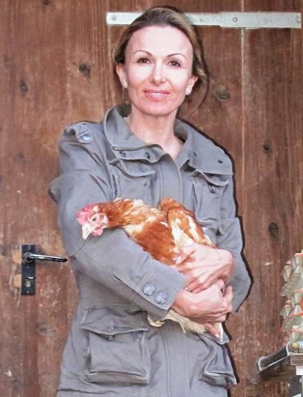 Susy Utzinger mit einem ausgemusterten Huhn. (Bild: zVg)