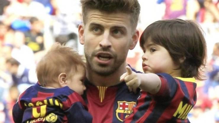 Shakiras Mann Gerard Piqué mit den beiden Buben Milan (r) und Sasha. In Mexiko kursiert momentan das Gerücht, die Kleinen sollen bald ein Schwesterchen bekommen. (Archivbild)