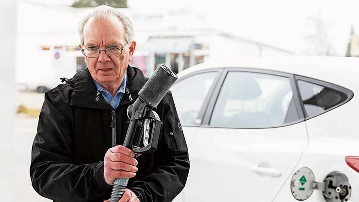 Rentner Beda Schmid tankt Wasserstoff in Hunzenschwil.